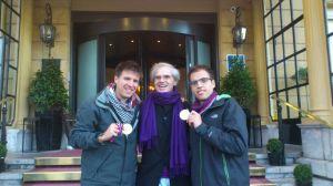 """Terminada la """"Behobia"""" en la puerta del Hotel con las medallas conseguidas"""