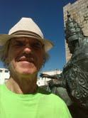 Al lado de la estatua del papa Luna en Peñíscola, agosto 2013