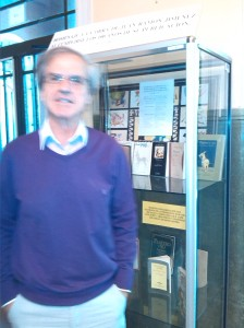 Delante de la vitrina en la que propuse un homenaje al poeta al cumplirse los cien años de Platero y yo